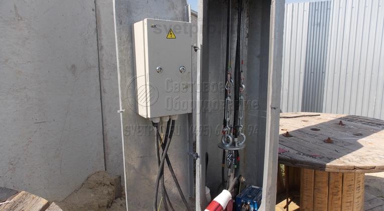 Щит электроаппаратуры крепится на задней панели нижней части опоры над лебёдкой или на лючке.