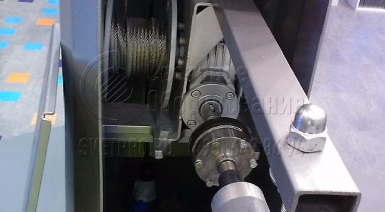 Для спуска и подъёма короны у мачты ВМО служит дрель.