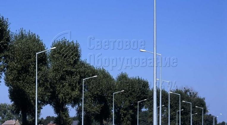 Многогранные стальные конструкции несилового типа, представленные на изображении, используются для освещения проезжей части с помощью консольных светильников. Особенность изделий в том, что между ними отсутствуют СИП для подачи электричества. Кабели расположены в траншеях в грунте, что предотвращает их разрыв.