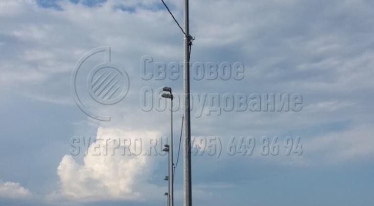 В качестве приборов освещения на несиловые опоры могут устанавливаться прожекторы. Такие световые приборы имеют монтажную скобу, с помощью которой можно позиционировать световой поток в нужной точке освещаемой площадки. Такие конструкции применяются для освещения спортивных объектов.