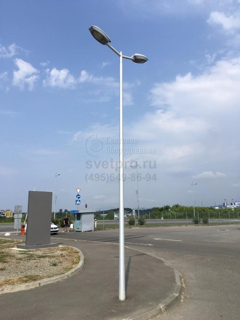 Освещение тротуаров и проезжей части опорой НПК в комплекте с кронштейном на два консольных светильника, г. Сочи. Антикоррозийное покрытие опоры и кронштейна выполнено методом горячего цинкования в соответствии с ГОСТ 9.307–89.