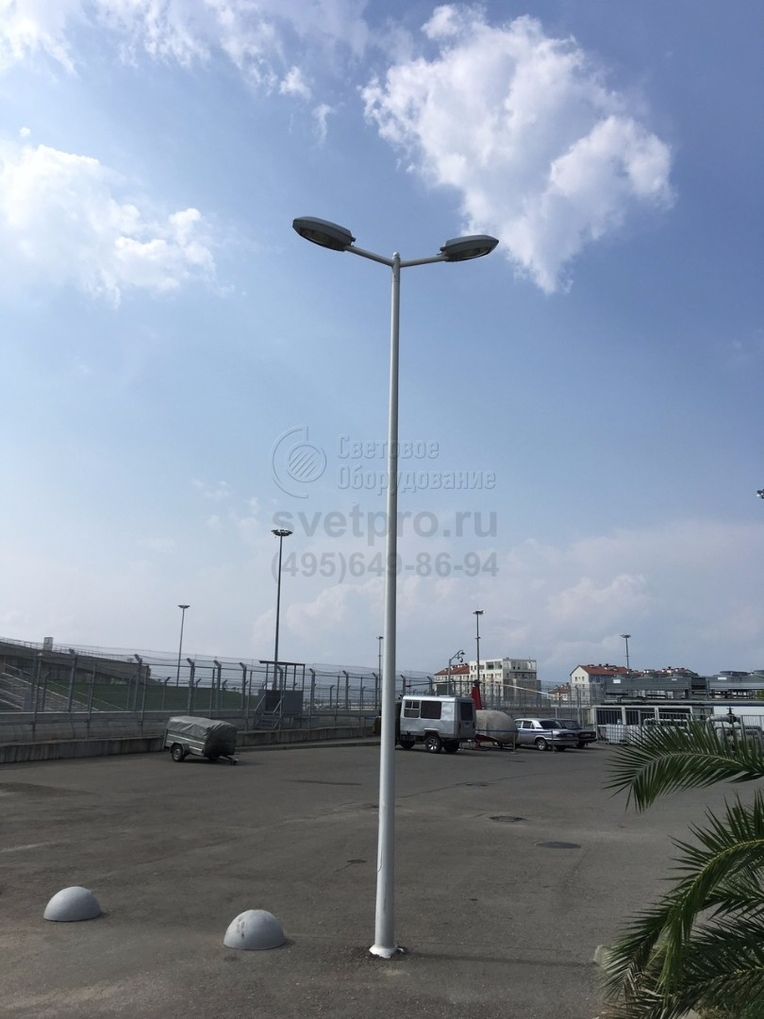 Освещение парковки опорами НПК, г. Сочи. Антикоррозийное покрытие опоры и кронштейна выполнено методом горячего цинкования.