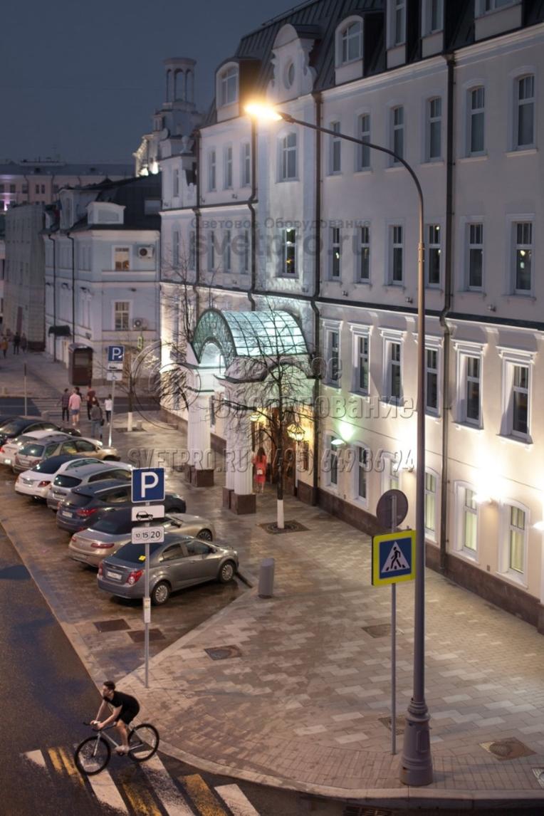 Освещение проезжей части в г. Москва. Опоры НПК окрашены декоративным лакокрасочным покрытием (RAL уточняется при заказе).