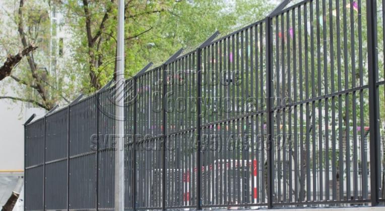 Освещение футбольного поля на территории школы.