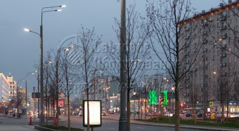 На фотографии изображена опора, с помощью которой освещается проезжая часть и пешеходная дорожка. Использование одного изделия для нескольких световых приборов позволяет уменьшить число инженерных конструкций в городе и освободить место для других построек или клумб.