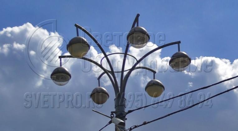 Представленный на изображении кронштейн используется для того, чтобы смонтировать на одной инженерной конструкции большое количество СП. При установке в них мощных газоразрядных ламп опора поможет создать яркое освещение на обширной площадке и оптимально использовать отведенное пространство.