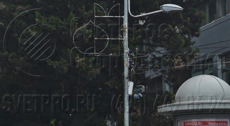 Кронштейн для наружных систем освещения модификации «Гранд» используется обычно в случаях, когда нужно сделать опору более красивой на вид. Особенностями этих изделий являются изогнутые под разными радиусами консоли. В зависимости от модели с помощью «Гранд» можно поставить до 3 СП на опору.