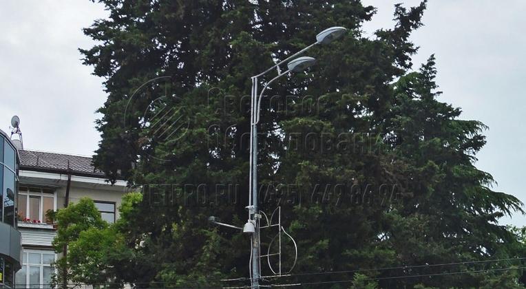 На изображении представлен пример классического кронштейна модификации «Гранд». С его помощью крепится два светильника. В них ставятся газоразрядные лампы, которые излучают яркий световой поток. Объединение потоков от двух СП дает возможность качественно осветить открытую площадку.