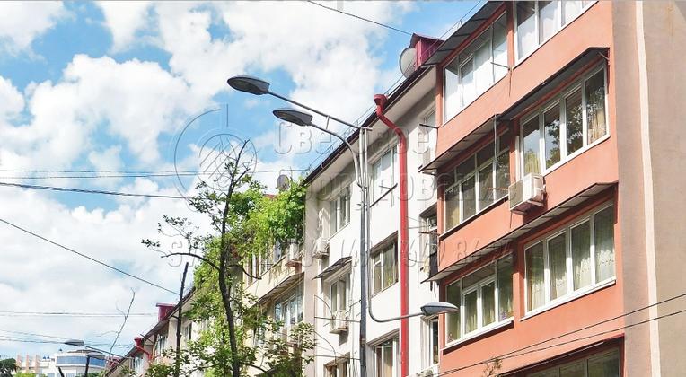 Применение кронштейна «Гранд» для освещения тротуара позволяет избежать перекрытия света ветками деревьев, киосками и другими низкими постройками. Высота установки светильника может не совпадать с высотой корпуса опоры. Консоль крепится к любому месту ствола с помощью отдельного крепежа.