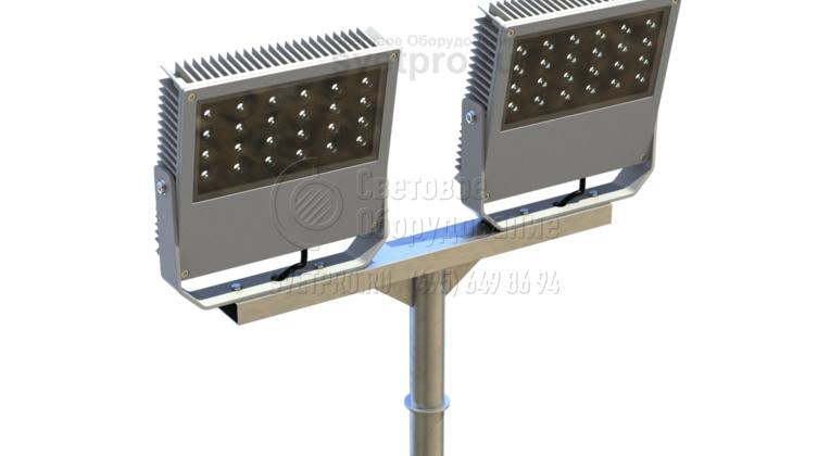 Если необходимо установить два световых прибора, горизонтальная часть Т-образного кронштейна делается более длинной. Каждый из прожекторов имеет собственную монтажную скобу, поэтому световые лучи можно направлять в разные точки освещаемой площадки. Все провода для питания проложены внутри.