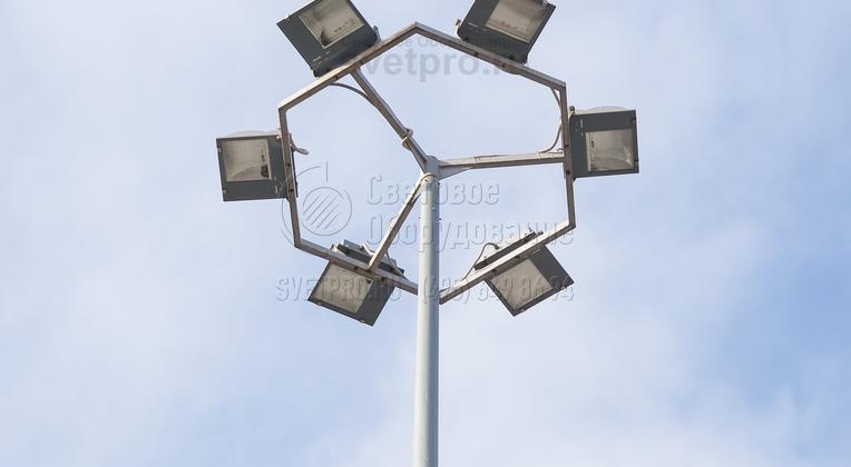 На фото представлен пример использования модификации Т-образного кронштейна с многогранной рамой. Прожекторы на ней установлены так, чтобы световые потоки распределялись по разные стороны от опоры. Подобные модели ставят на парковках для транспорта, на территории предприятий.