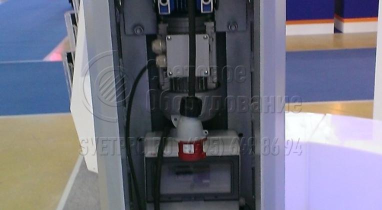 Наличие грузоподъёмного оборудования, обеспечивающего механизированный подъём и опускание рамы со светильниками суммарным весом до 500 кг за время не более 10 минут.