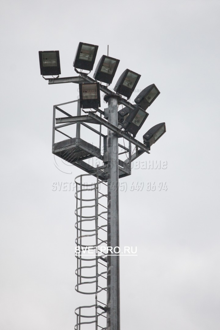Для установки прожекторов на верхушке мачты используются специальные рамы. Они закрепляются неподвижно, поэтому отличаются высокой прочностью. Инженеры-проектировщики могут выбрить разные схемы размещения прожекторов. От них зависит конфигурация освещения на площадке.