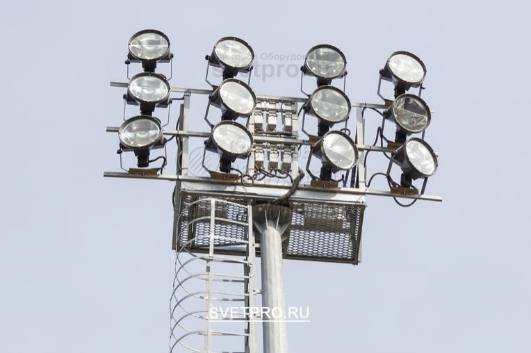 На представленном изображении видна неподвижная рама, расположенная на верхушке мачты. Она прикручивается с помощью фланца, имеет техническую площадку, на которой могут располагаться электрики при выполнении ремонтных работ. Кроме прожекторов на раме можно установить другие устройства.