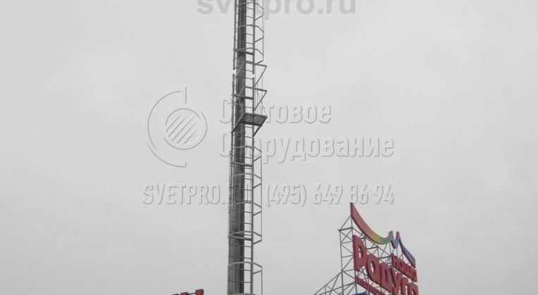 На изображении представлена мачта, которая используется для установки мощных СП на большой высоте. Площадка для крепления прожекторов закреплена на верхушке стационарно. За счет этого она имеет повышенную прочность и способна выдержать тяжелые светильники с дополнительным оборудованием.