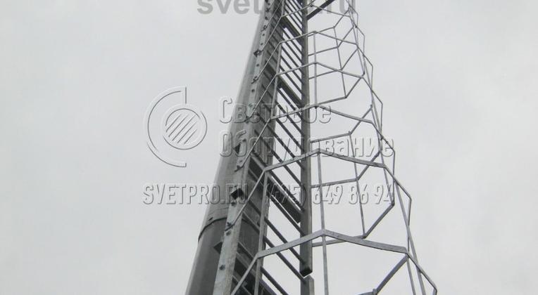 Преимуществом использования мачт, одна из которых представлена на изображении, является возможность обслуживать электрические устройства без использования подъемников. Для этого в верхней части корпуса устанавливается технологическая площадка из перфорированного стального листа с перилами.