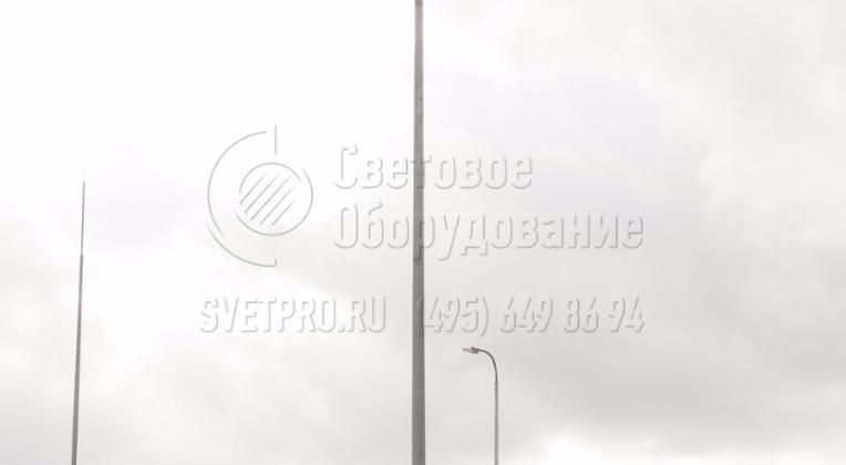 На этом изображении представлен молниеотвод, который установлен на территории автозаправочной станции. Благодаря тому, что по форме и размерам он полностью повторяет классическую опору, его легко вписать в окружающую инфраструктуру. Он не выделяется на фоне других объектов.