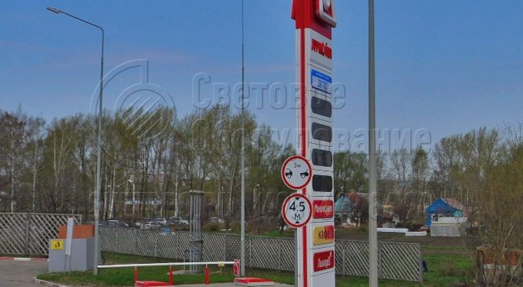 На представленной фотографии молниеотвод используется для защиты от ударов молний построек на АЗС. Молниеотводы являются обязательной частью инфраструктуры заправочного комплекса. На них можно установить также светильники для освещения прилегающей территории торгового объекта.