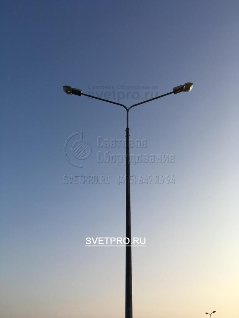 Для освещения в две стороны применяют двухрожковые консольные кронштейны освещения.