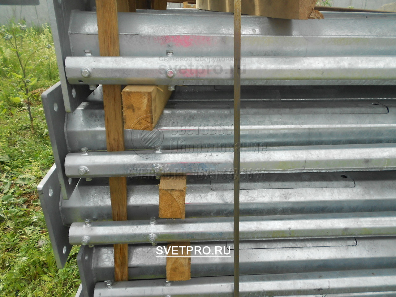 На вершинах опор ОГК-6 производитель, как правило делает 8 крепежей для крепления кронштейна.