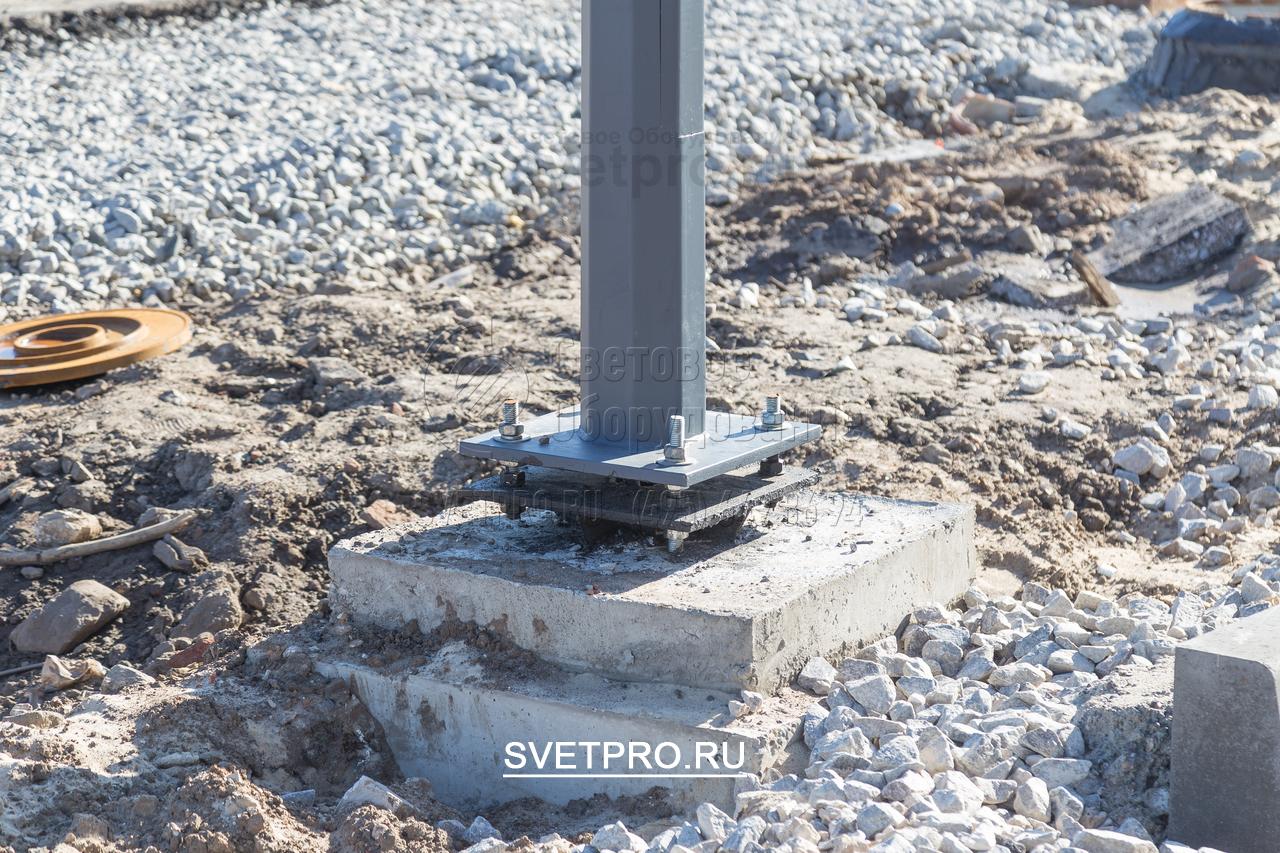 Предварительно перед установкой опоры ОГК с закладной деталью фундамента, бетонируется фундамент с размером не менее трех диаметров закладной трубы.
