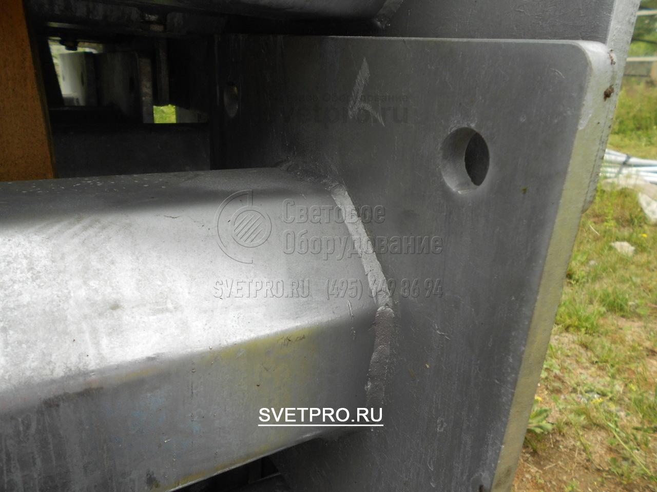 Опорная площадка надежно приваривается к корпусу с помощью электросварного шва. После окончания сваривания место соединения очищается от шлака и окалины, затем проверяется неразрушающими методами контроля. Это гарантирует прочность соединительного узла.