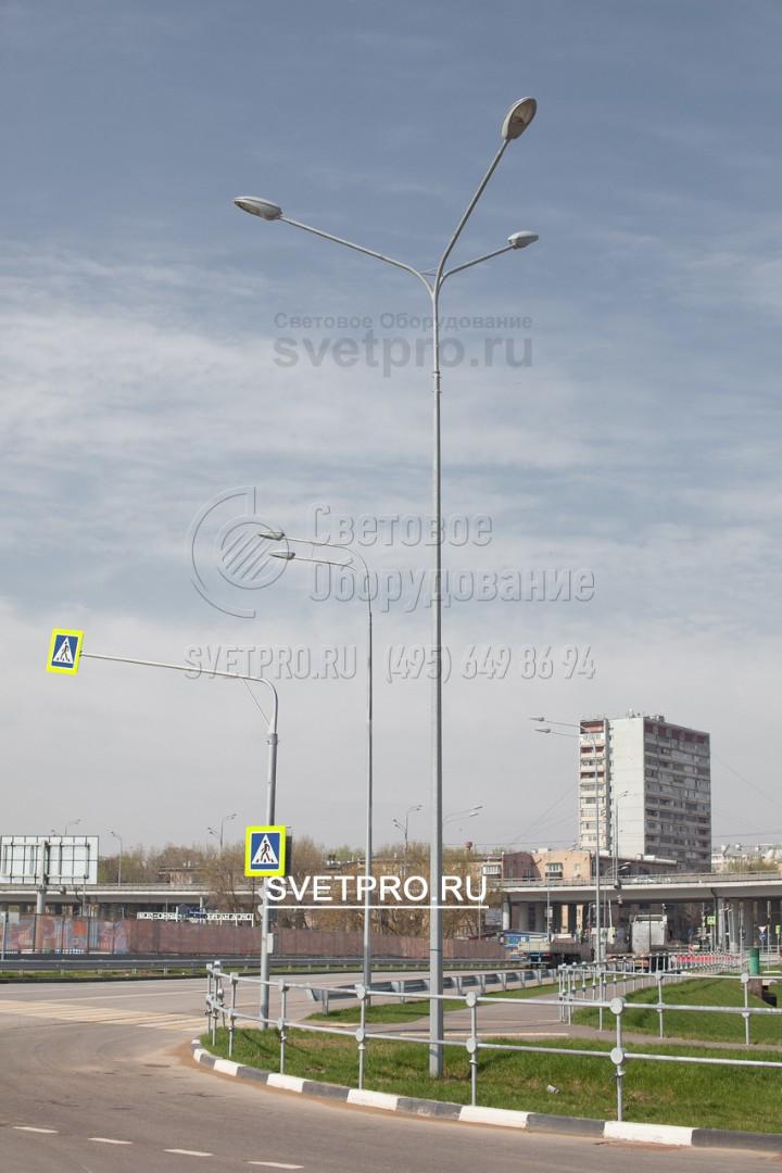 На изображении представлены примеры использования опор с разными типами кронштейнов. Если нужно создать заливающее освещение вокруг, используется модель с 3 рожками. А модель с двумя рожками один над другим позволяет ярко осветить определенный участок дороги.