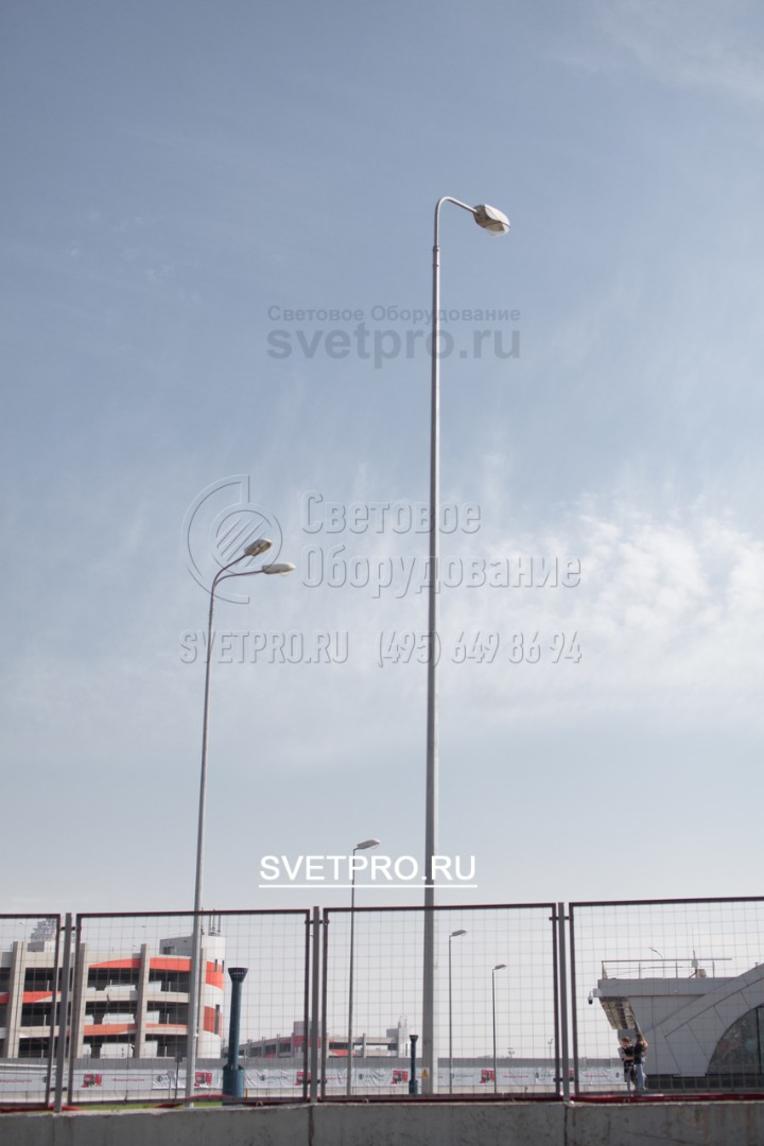 Количество светильников на верхушке ствола может быть разным в зависимости от потребностей конкретного объекта. Стандартный вариант — один световой прибор на консольном кронштейне. Угол между рожками кронштейна может выбирать покупатель при заказе кронштейна.