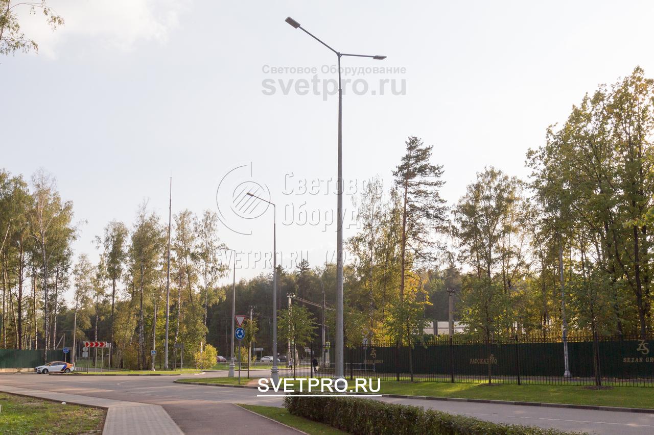 На этом изображении представлена опора, у которой на верхушке установлен современный безрадиусный кронштейн. На него можно установить два светодиодных светильника, которые будут освещать пространство по обе стороны от корпуса.