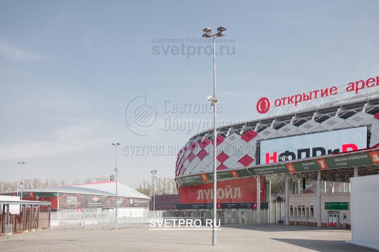 На оголовке 12-метровой опоры модели ОГК можно устанавливать прожекторы направленного света. С их помощью освещается большая открытая территория. Например, парковка возле спортивного комплекса или иного общественного объекта.
