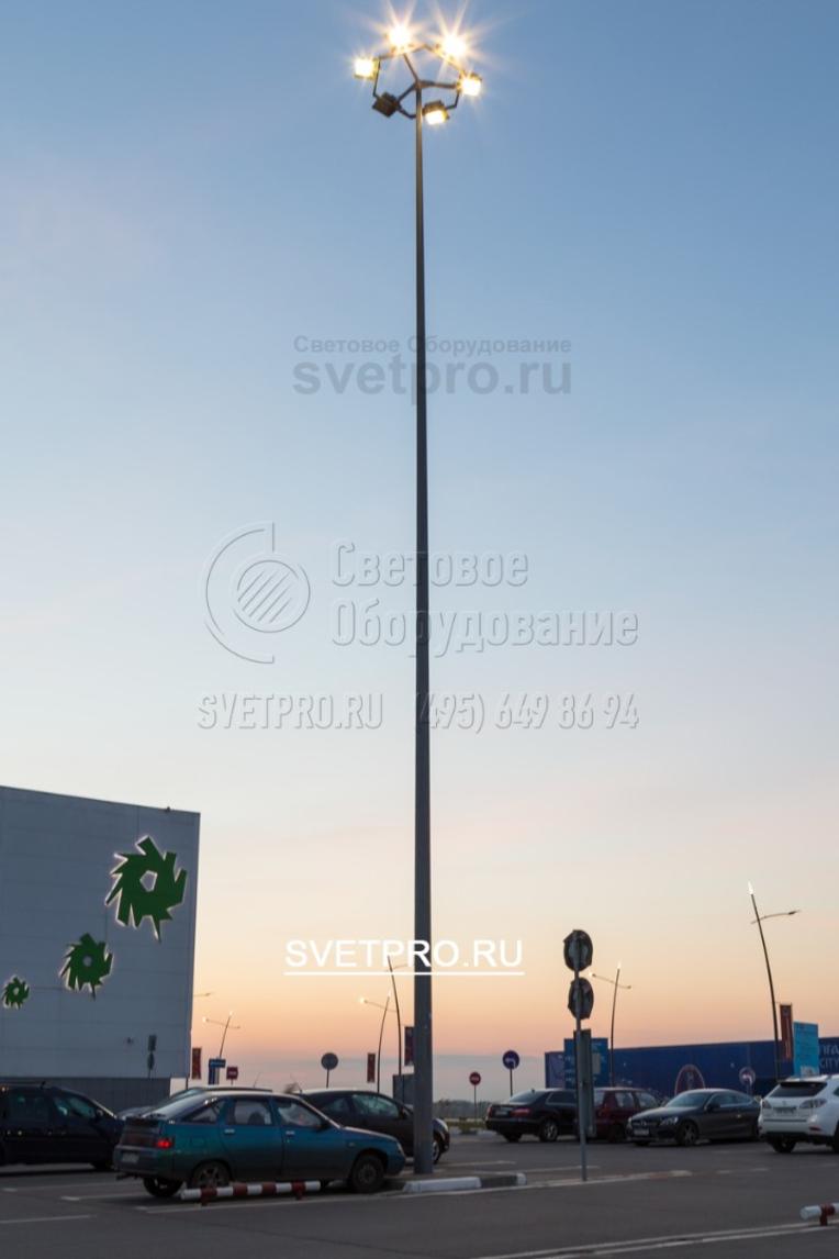Опора позволяет разместить светильники на большой высоте — до 16 метров. В отличие от мачты, она не требует массивного основания и индивидуальной разработки проекта фундамента. Но выдерживает меньший вес светильников, чем высокомачтовая конструкция.