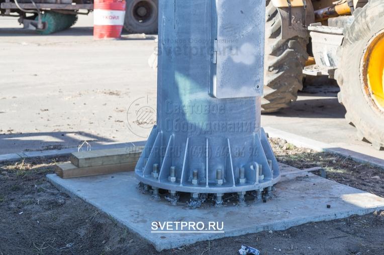 При монтаже мачты на фундамент необходимо выдержать зазор между фланцем у мачты и фундаментом не менее 50 – 70 мм.