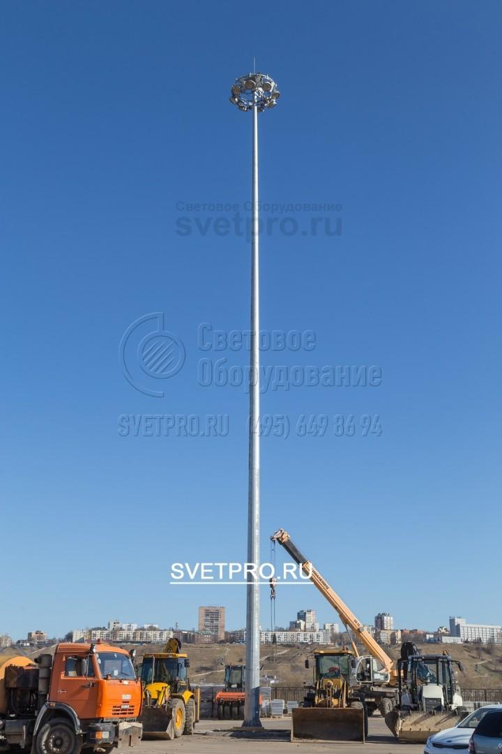 Установка мачты делается бригадой не менее трёх человек, включая кран с грузоподъёмностью 5 т со стрелой не менее 20 м.