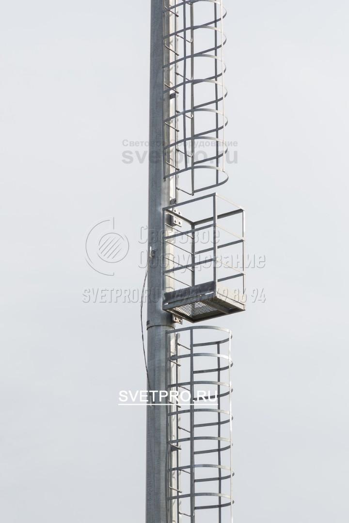 Защитные ограждения для безопасности подъёма на мачту, по правилам безопасности на высокомачтовых опорах со стационарной короной и лестницей предусмотрены площадки отдыха, которые должны располагаться каждые шесть метров.