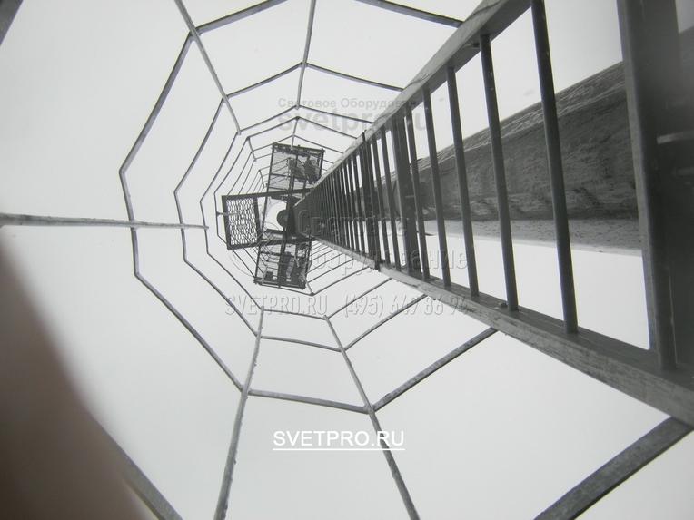 Мачта со стационарной площадкой, лестницей и площадкой отдыха – вид снизу вверх.