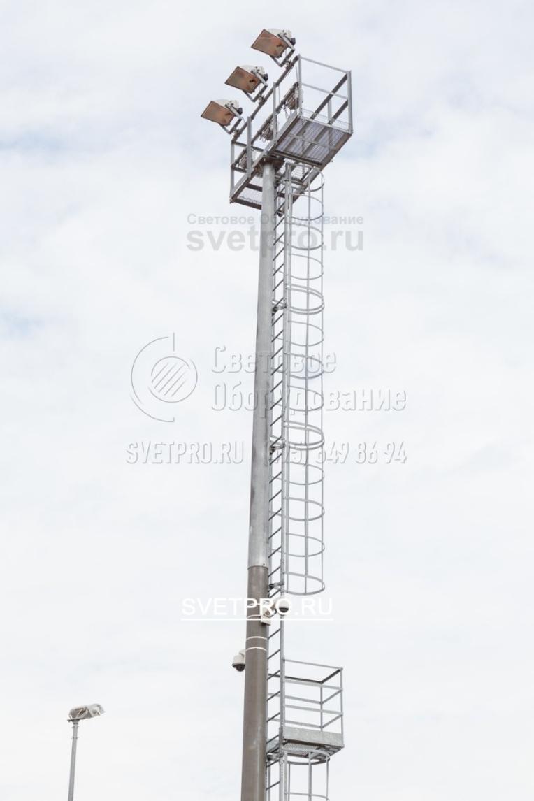Мачта со стационарной короной и площадкой обслуживания для размещения трёх прожекторов. Так же на ствол мачты можно установить камеры видеонаблюдения.