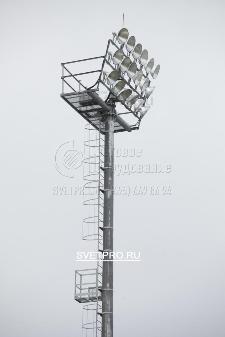 Мачты со стационарной рамой и площадкой обслуживания могут нести большое количество осветительных приборов. Для удобной настройки и нацеливания прожектора установлены на наклонной раме.