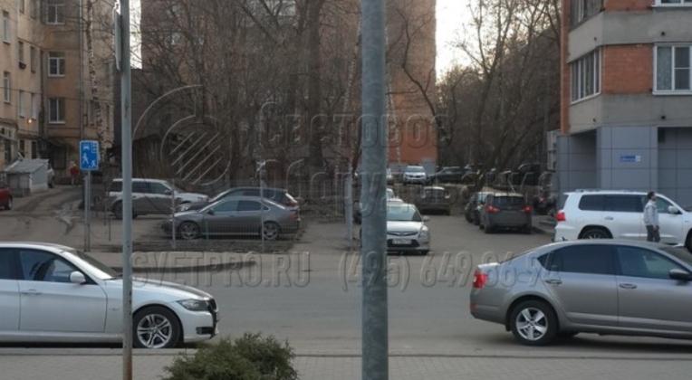 Освещение тротуара опорой НПК-5,0/6,25-02-ц. в г. Ярославль с возможностью установки на вершину опоры торшерного светильника.
