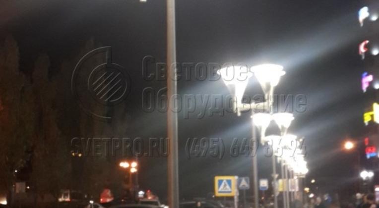 Освещение зоны отдыха и тротуара у ТРЦ в г. Москва опорами НПК-5,0/6,25-02-ц. л., опоры обрабатываются декоративным лакокрасочным покрытием (цвет оговаривается при заказе).
