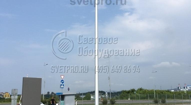 Освещение тротуара и проезжей части опорой НПК-5,0/6,25-02-ц. в г. Ярославль. Данный тип опоры предусматривает возможность установки кронштейна под консольные светильники.