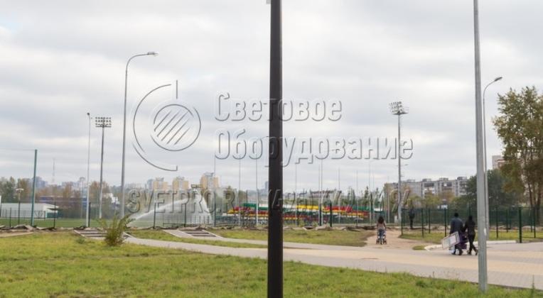 Освещение тротуара опорой НПК-5,0/6,25-02-ц. в г. Нижний Новгород. На опору НПК, помимо установки консольных светильников, предусмотрена установка торшерного светильника.