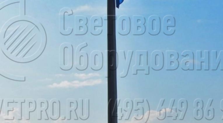Граненая опора высотой 3 метра применяется для локального освещения. В варианте на фото она закреплена на элементе ограждения прогулочной зоны. Такой способ установки возможен только для фланцевых модификаций, так как прямостоечные ставятся в вырытый котлован и заливаются бетоном.