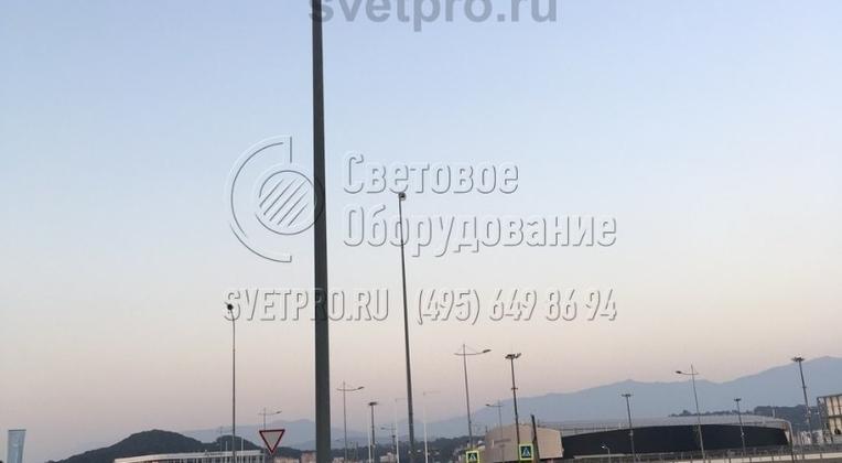 Пример применения конструкции с граненым корпусом для пешеходной дорожки. Такая система освещения отличается повышенной надежностью, так как силовые линии для работы ламп протянуты  под землей. Ввод кабеля внутрь ствола выполнен в технологическом отверстии ЗДФ.