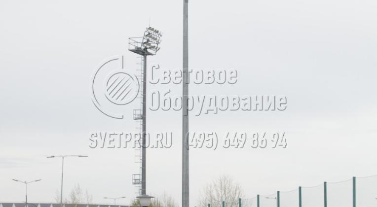 Опора высотой в 10 метров может использоваться как часть общей осветительной инфраструктуры большого объекта. В примере на фотографии опора освещения установлена вместе с парковой опорой на заднем плане и мачтой освещения со стационарной короной и технологической площадкой.