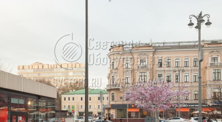 Освещение пешеходного тротуара с помощью опор НФК-10,0-02-ц в г. Москва.
