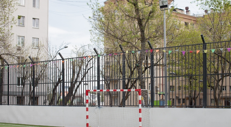 Освещение мини‐футбольного поля при помощи складных опор высотой 8 метров.