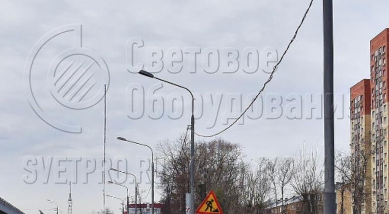 На фото изображена трубчатая опора высотой 18 м. Она относится к категории несиловых, поэтому подводить кабель согласно стандарту необходимо под землей. Но так как прочность рассчитывается с запасом, силовой провод может подвешиваться к стволу с помощью специальной арматуры.