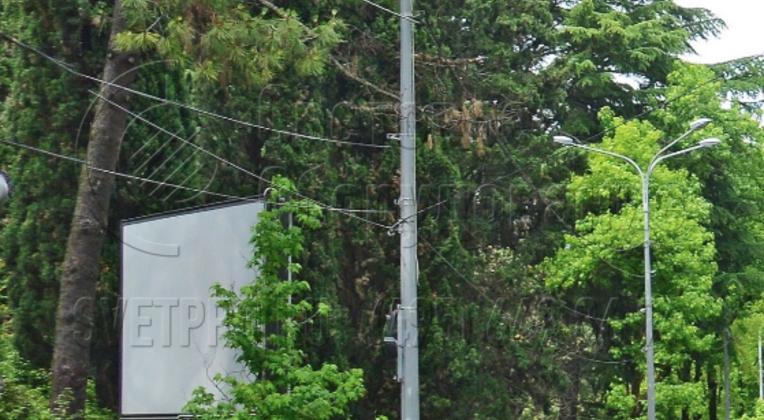 Преимущество силовых граненых опор в том, что для их установки не нужно рыть котлованы под силовой кабель. Провод можно закрепить на стволе, несущей способности опоры для этого достаточно. При строительстве системы освещения не нужно разрушать ограждения, уничтожать растительность.