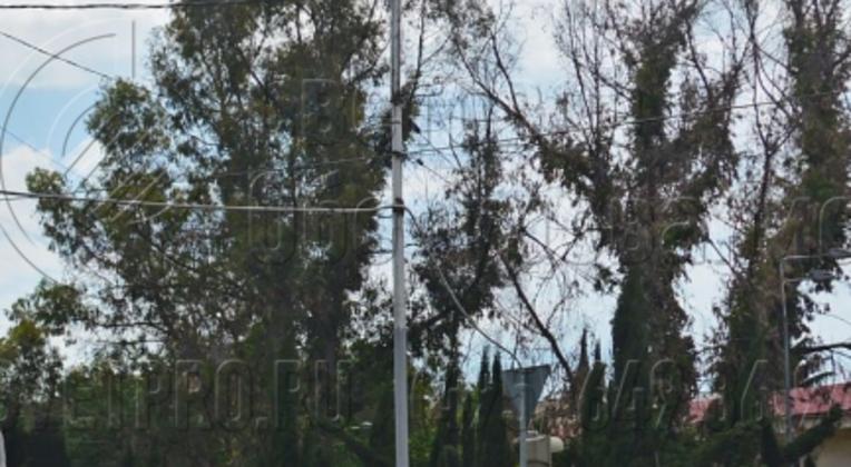 На фото представлена граненая опора, которая создает заливающее освещение на перекрестке проезжей части. Для этого в оголовок установлен кронштейн с четырьмя длинными консолями и мощными светильниками. Несущей способности ствола с ребрами жесткости достаточно, чтобы выдержать нагрузку.