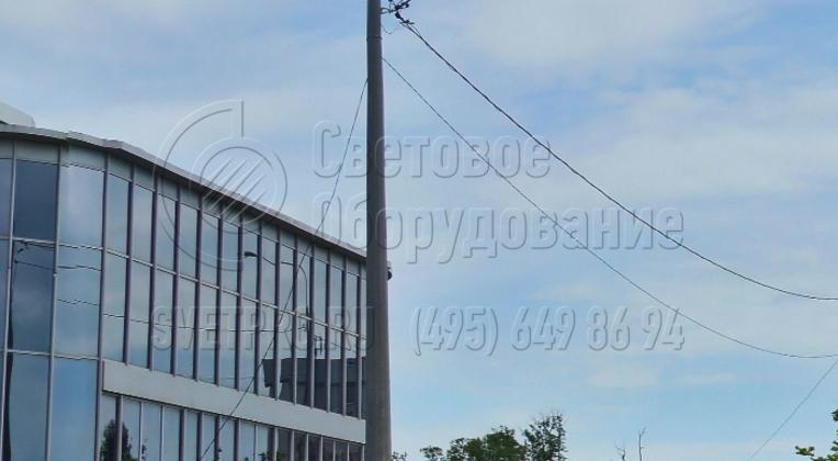 Фланцевую опору, которая изображена на фото, легко выравнивать относительно вертикальной оси. Для этого нужно правильно установить трубчатую закладную деталь в котловане. После заливки бетоном и застывания раствора при прикручивании наземной части она автоматически выровняется.